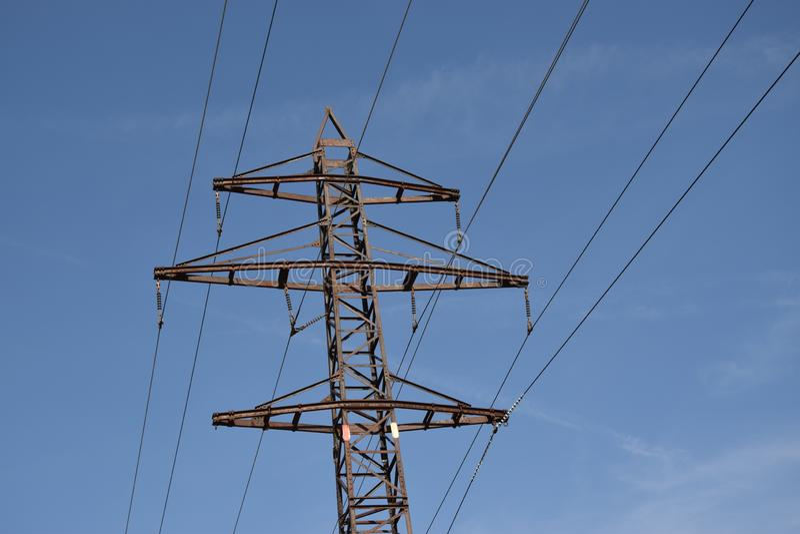 Башня передачи энергии на предпосылке голубого неба стоковые изображения