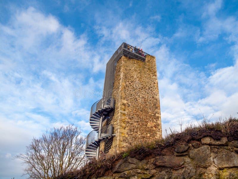 Башня после реконструкции с много туристов на верхней части, Vysocina замка Orlik nad Humpolcem, чехия стоковые фото