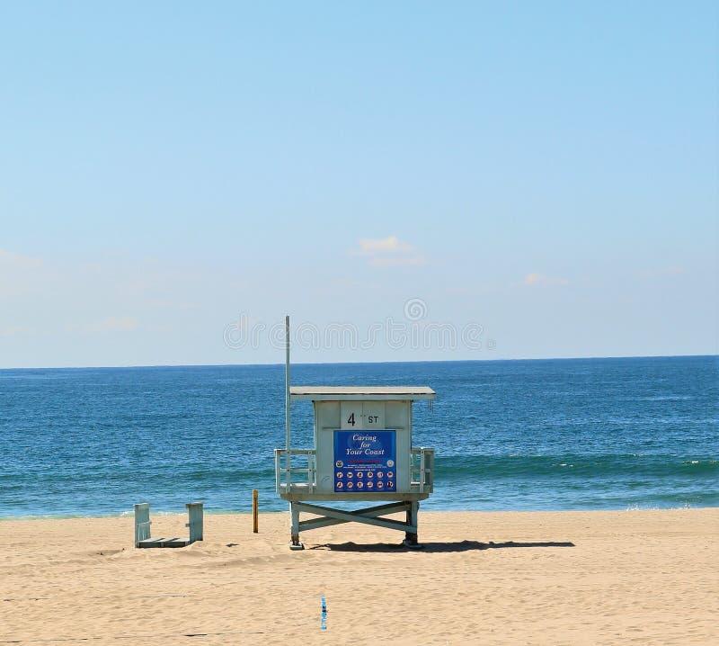 Башня предохранителя жизни смотря к морю стоковое изображение rf