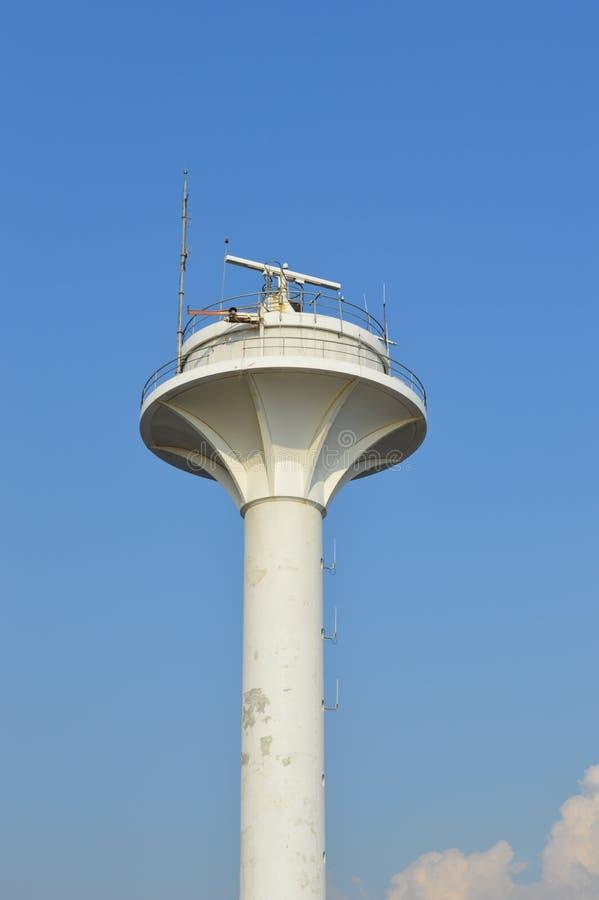 Башня радиолокатора или маяк радио, голубое небо в предпосылке стоковое изображение rf
