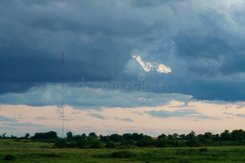 Башня радиосвязей в плохой погоде стоковое изображение rf