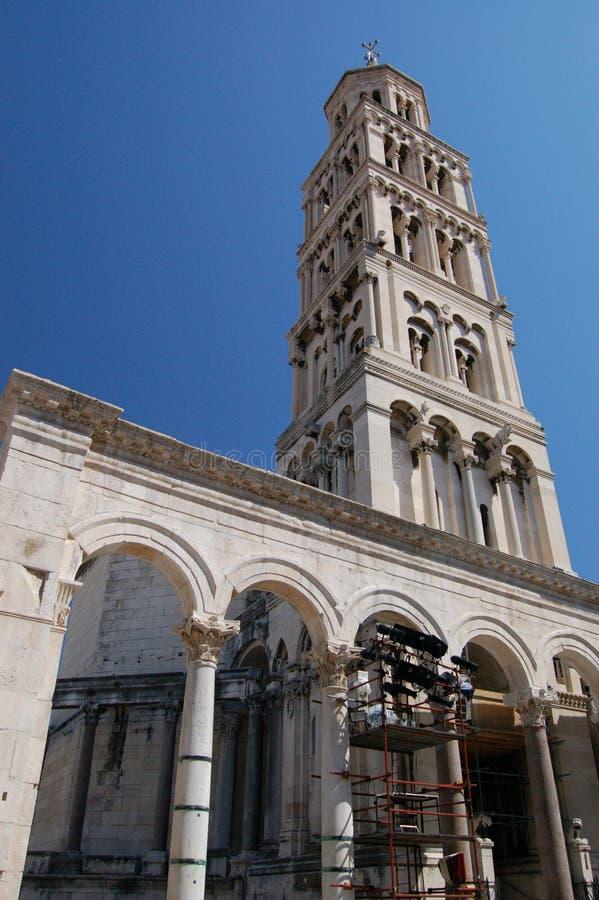 башня разделенная колоколом стоковые фото