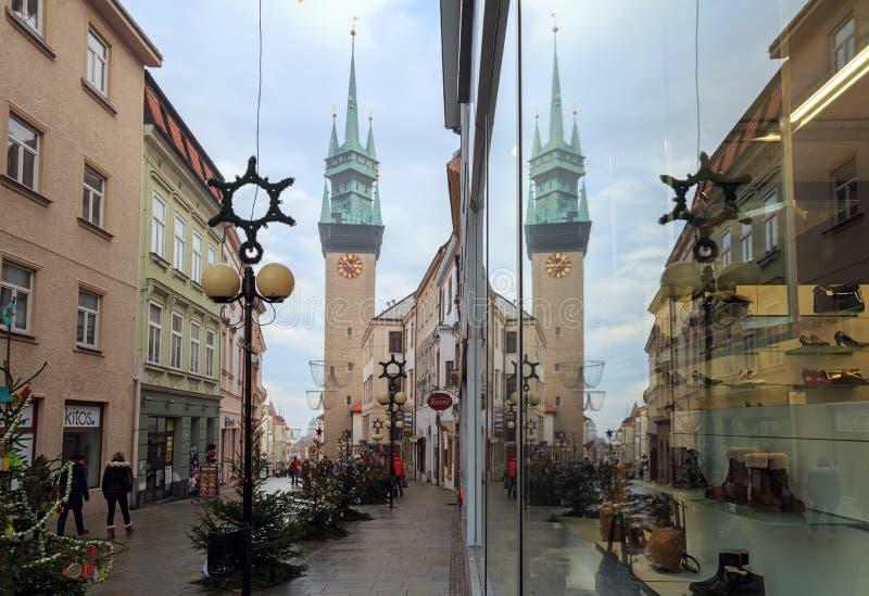 Башня ратуши отражена в окне магазина во время праздника рождества Znojmo, чехия, Европа стоковое фото rf