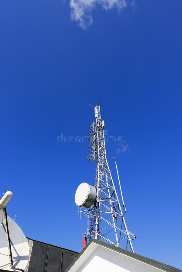 Башня радиосвязи на голубом небе стоковые фото