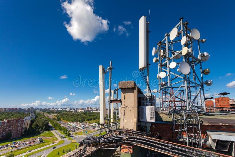 Башня радиосвязи с беспроволочными системами связи включает микроволну, антенны панели стоковые фотографии rf