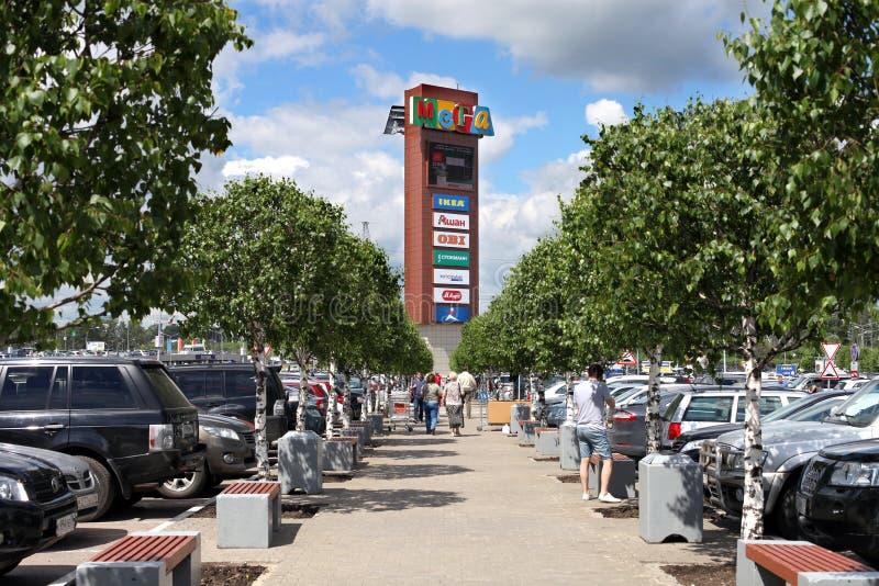 Башня рекламы с логотипами IKEA, Auchan, ОБИ и другой компании стоковые изображения