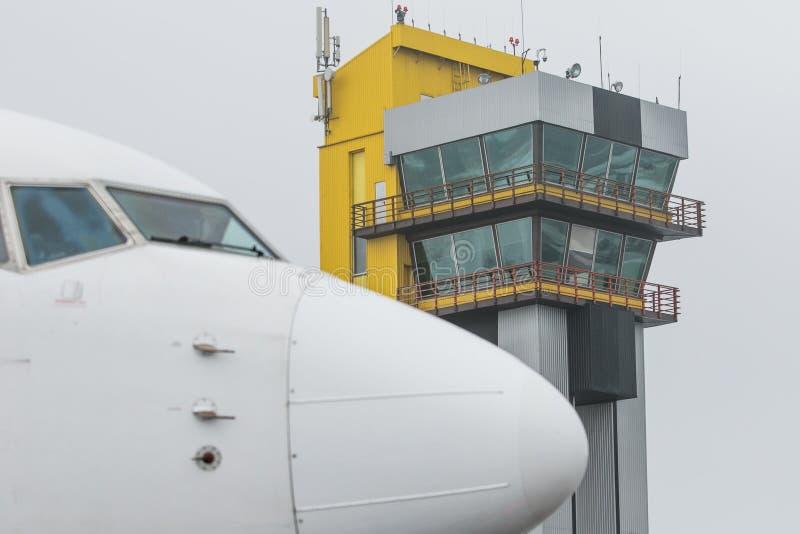 Башня самолета и авиадиспетчерской службы стоковая фотография