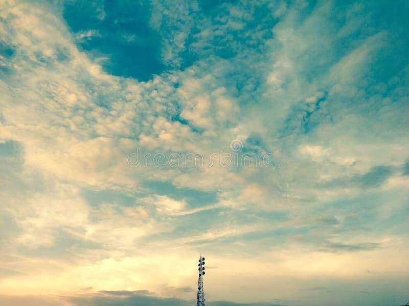 Башня связи самостоятельно в открытом небе стоковая фотография rf