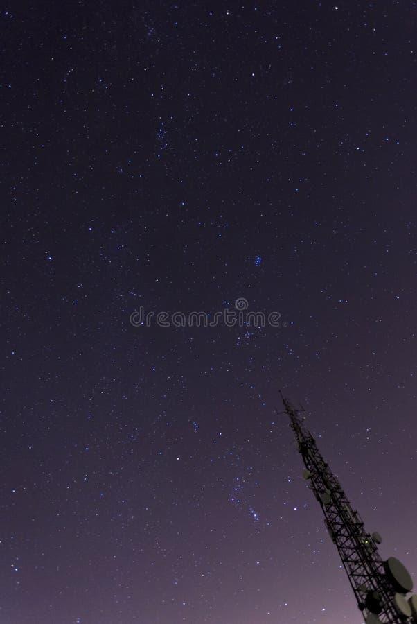 Башня связи указывая до звезд стоковые фото