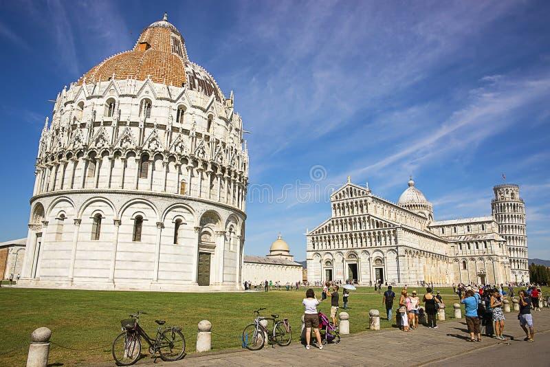Башня склонности Пизы, баптистерий и собор в Италии в лете стоковые изображения