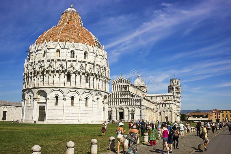 Башня склонности Пизы, баптистерий и собор в Италии в summert стоковые фотографии rf