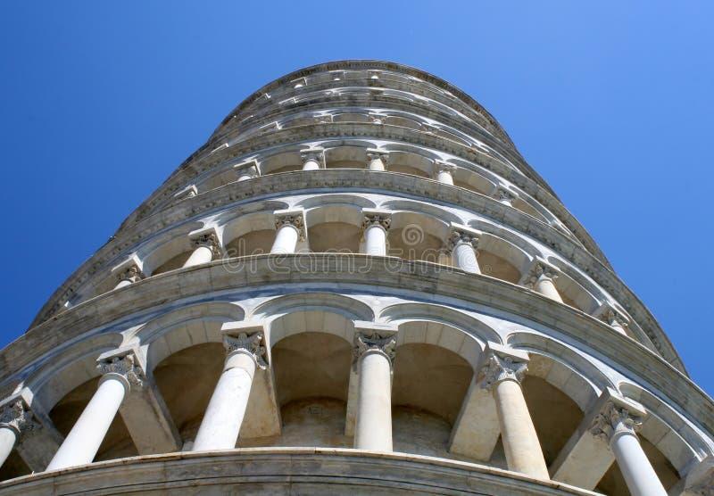 Башня склонности Пизы в dei Miracoli аркады сфотографировала от b стоковые изображения