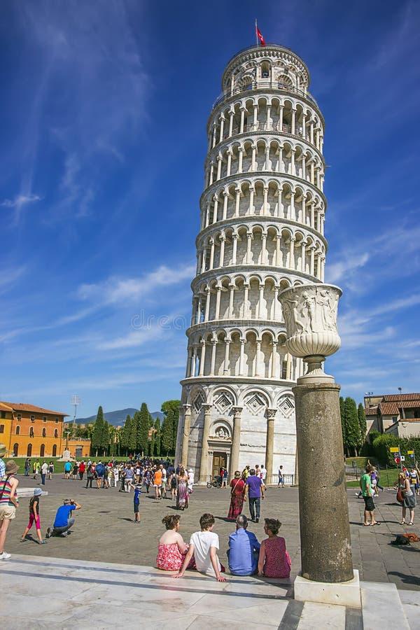 Башня склонности Пизы и ваза в Италии в лете стоковое фото