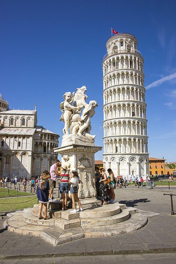 Башня склонности Пизы и скульптура ангелов в Италии в лете стоковые изображения rf