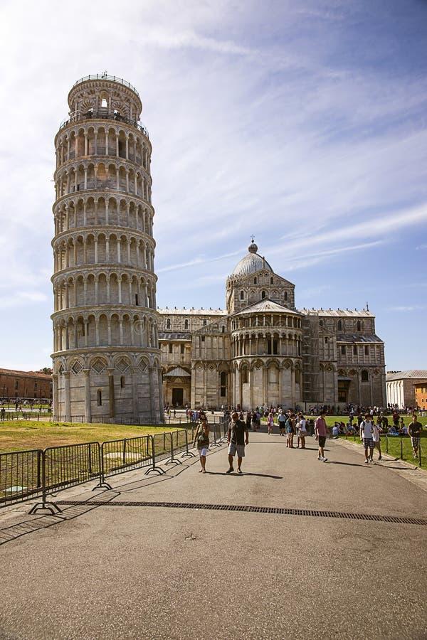 Башня склонности Пизы и собор в Италии в лете стоковое фото