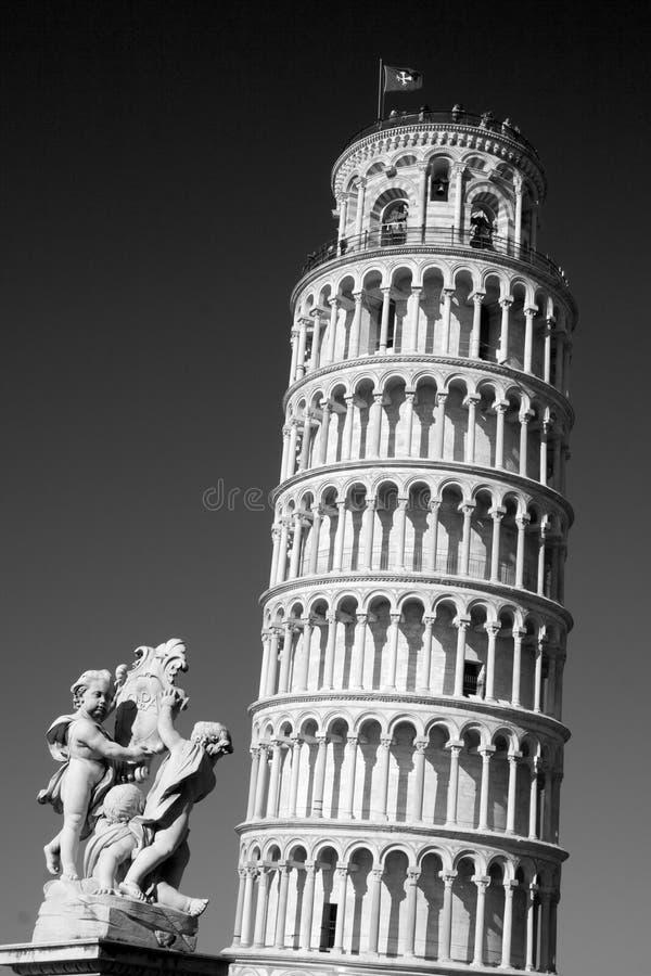 Башня склонности Пизы и статуи, Италии стоковое изображение rf