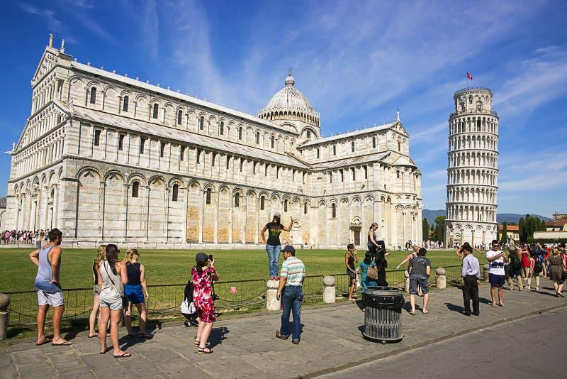 Башня склонности Пизы, собор и туристы в Италии в лете стоковые фото