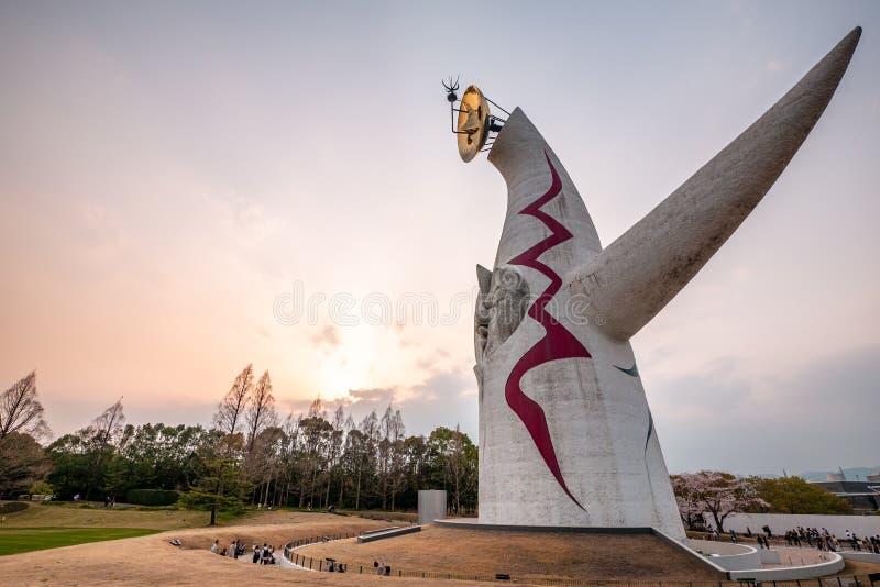 """Башня солнца, известный ориентир в парке экспо """"70 коммеморативном osaka Ландшафт захода солнца стоковое изображение"""