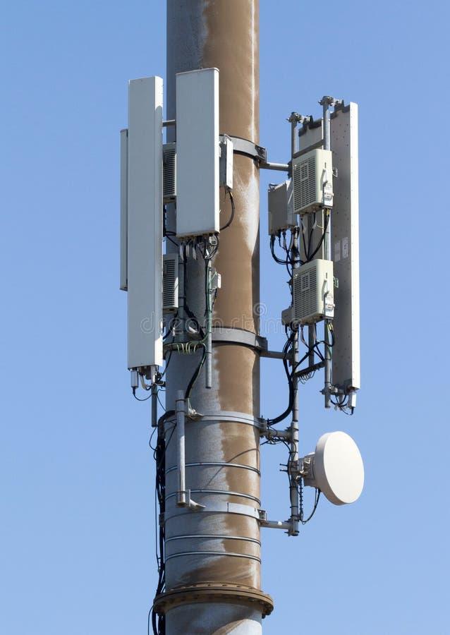 Башня сотового телефона или передвижное место клетки с предпосылкой голубого неба стоковые фотографии rf