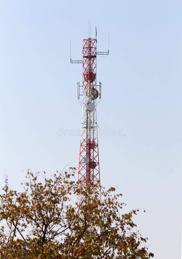 Башня сотового телефона или передвижное место клетки с предпосылкой голубого неба стоковое фото rf
