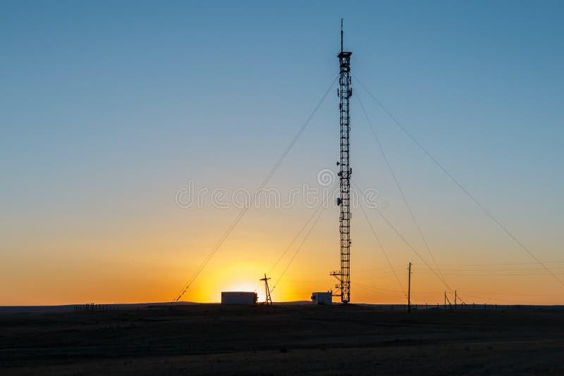 Башня сотового телефона на заходе солнца стоковая фотография