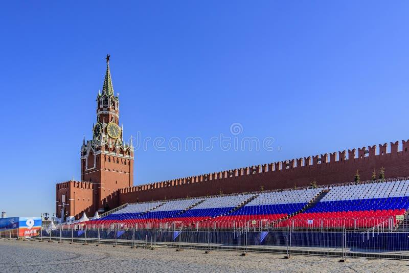 Башня спасителя Москвы Кремля и трибуны на красной площади через день после победы проходит парадом moscow Россия стоковое фото