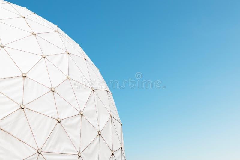 Башня старой радиолокационной станции - купола/radome на слушая станции стоковые изображения rf