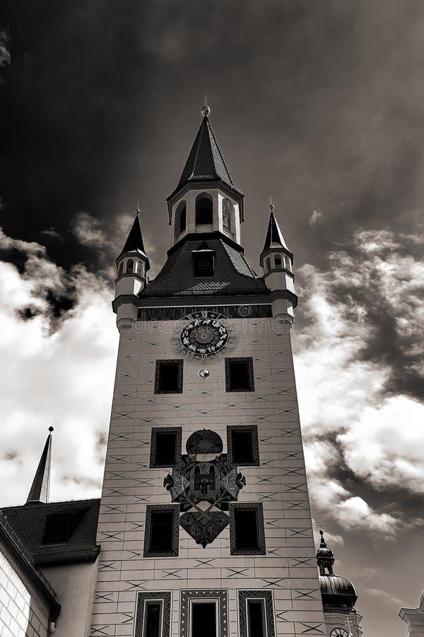 Башня старой ратуши с часами в Мюнхене стоковое фото