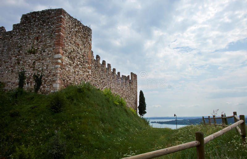 Башня с стенами городища стоковые изображения rf