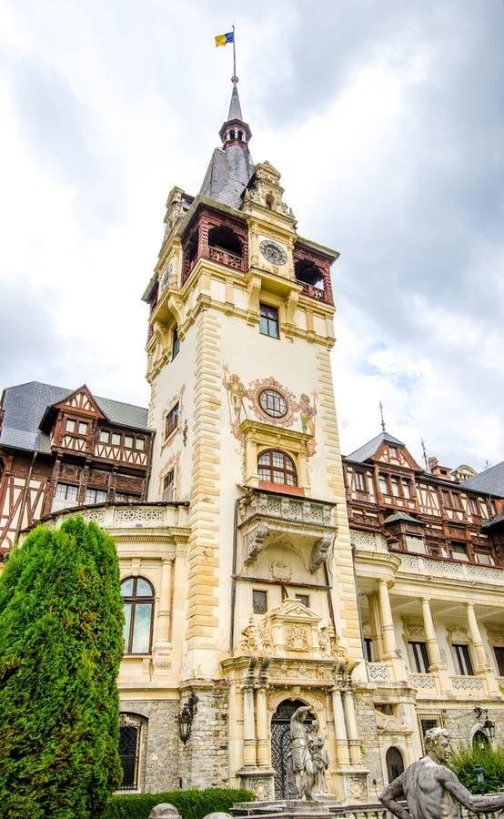 Башня с часами замка Peles в городе Sinaia Румынии стоковые фото
