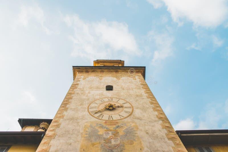 Башня с часами и небо стоковые изображения rf