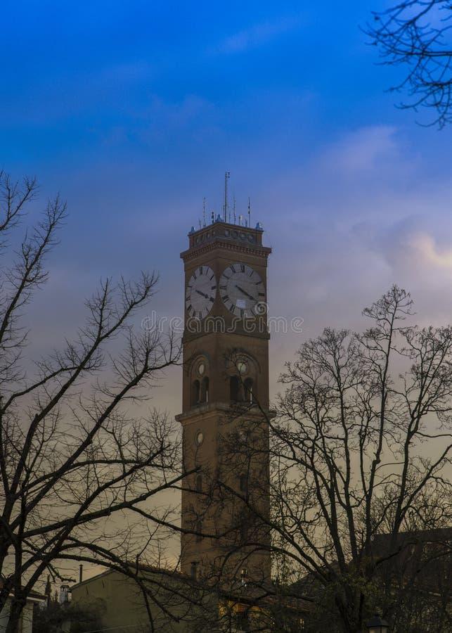 Башня с часами с красивыми цветами неба стоковые фото