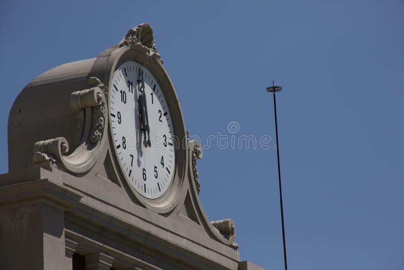 Башня с часами на 12 часах стоковое изображение