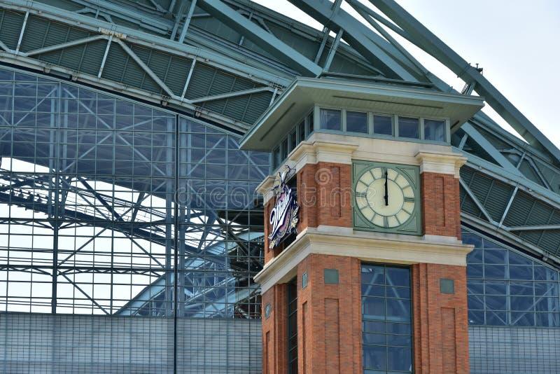 Башня с часами парка Miller виноделов Milwaukee в полдень стоковое изображение