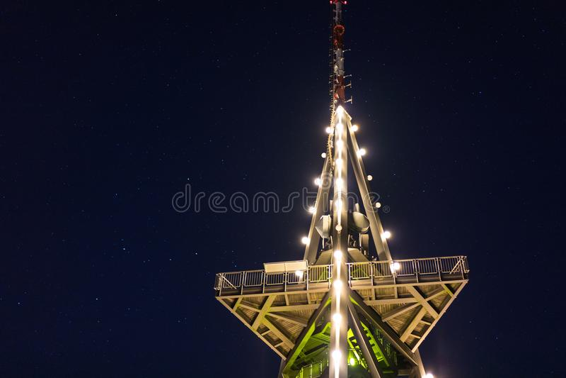 Башня ТВ на ноче с светами и звездами стоковая фотография rf