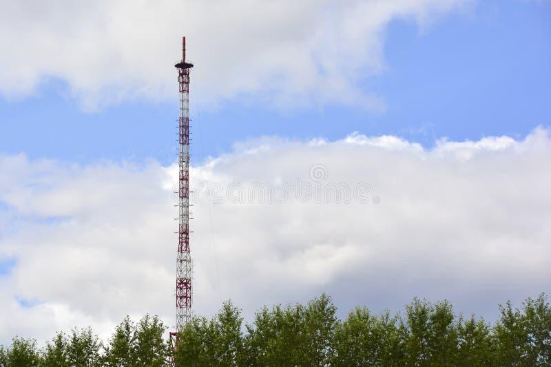 Башня ТВ против неба и облаков стоковое изображение rf