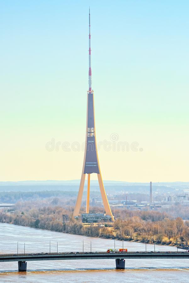 Башня ТВ Риги телевидение и широковещание возвышается в Риге, Latvi стоковое изображение