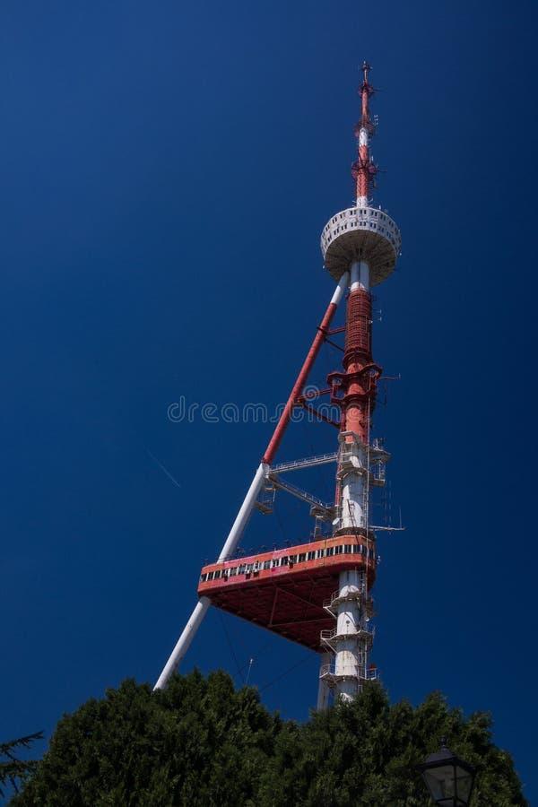 Башня ТВ Тбилиси от дна стоковые фото