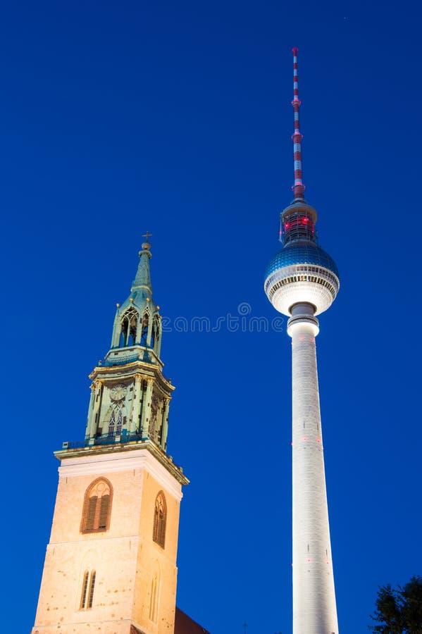 Башня ТВ - Fernsehturm в всходе ночи в Берлине, Германии стоковое изображение