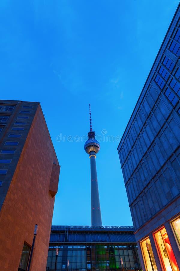Башня телевидения Берлина, Германии, на сумраке стоковые изображения