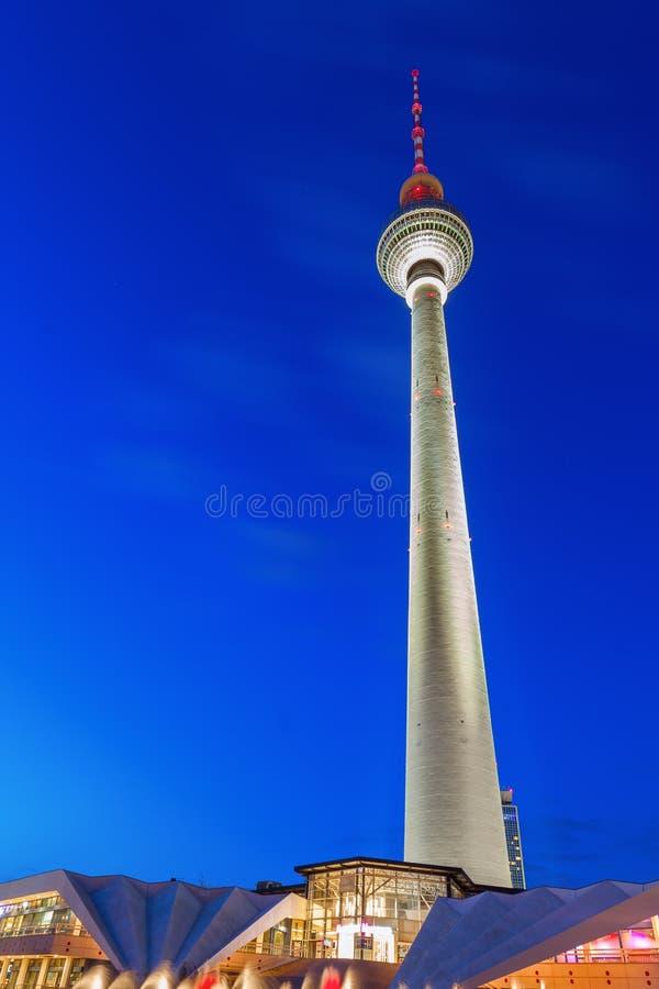 Башня телевидения в Берлине на ноче стоковое фото