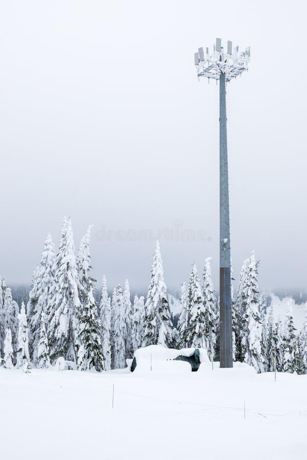 Башня телекоммуникаций на бурный зимний день стоковые фотографии rf