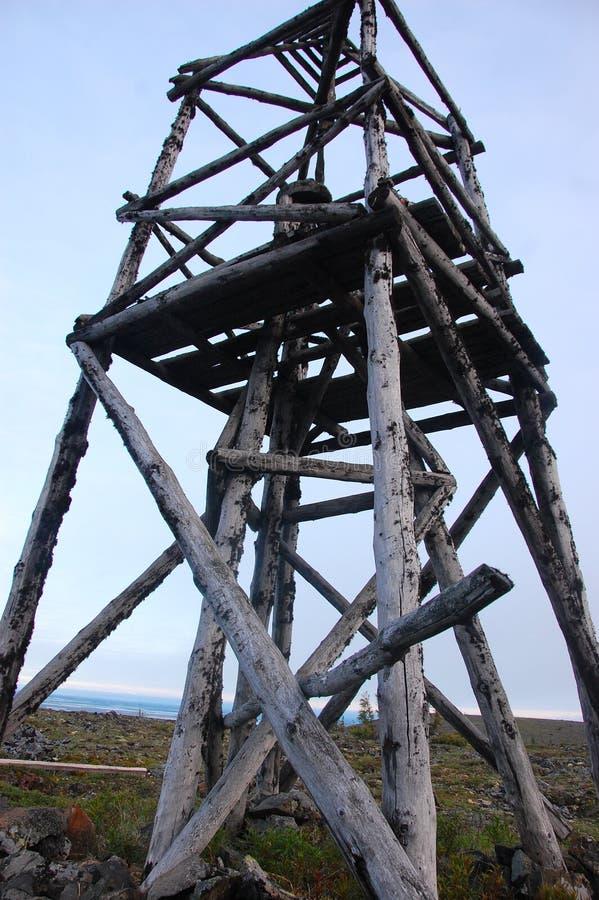 Башня триангулированием тимберса на тундре России стоковая фотография