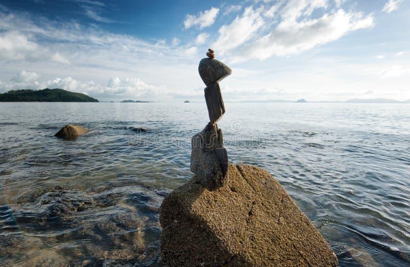 Башня утеса Дзэн на цене моря стоковые изображения rf