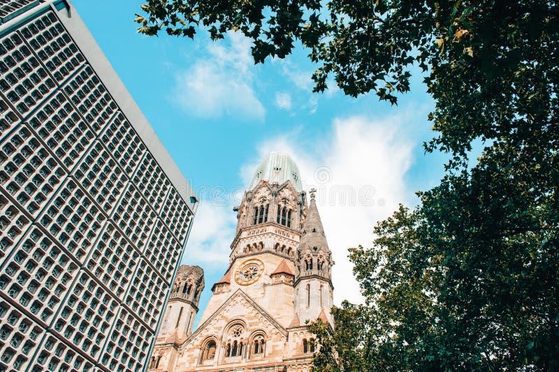 Башня церков Берлина Kaiser Wilhelm мемориальная окруженная деревом стоковая фотография