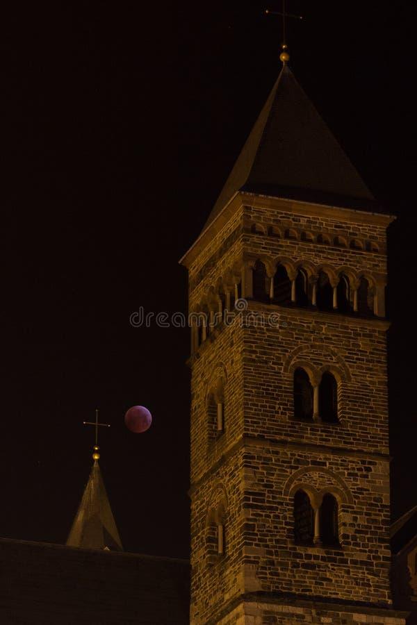 Башня церков римского стиля во фронте затмение луны стоковые изображения rf