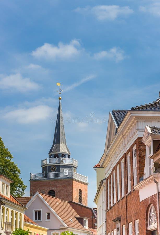 Башня церков Lamberti в центральной улице Aurich стоковое изображение