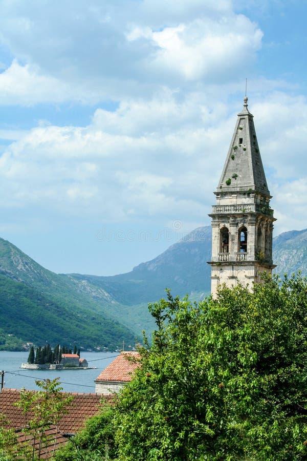 Башня церков Perast, St Nicholas Sveti Nikola с заливом Kotor на заднем плане стоковые фото