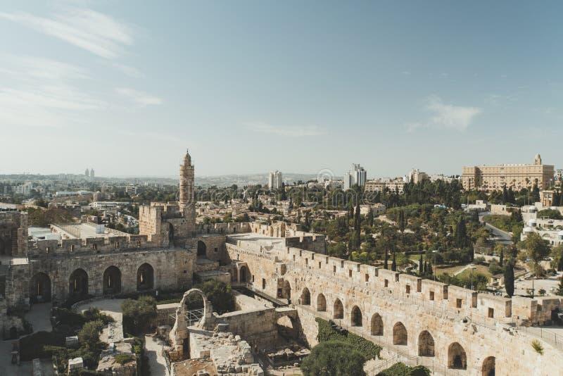 Башня цитадели Дэвида или Иерусалима Израиль Иерусалим Двор, за высокой каменной стеной Осмотр достопримечательностей в старом го стоковое фото rf