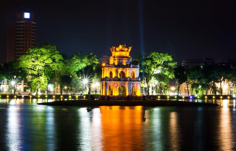 Башня черепахи в взгляде ночи озера Хано Hoan Kiem стоковое изображение